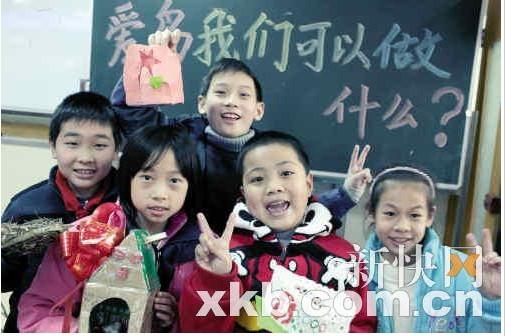 """动物园的鸟类专家应邀在广州市越秀区登峰小学给学生进行了一场题为"""""""