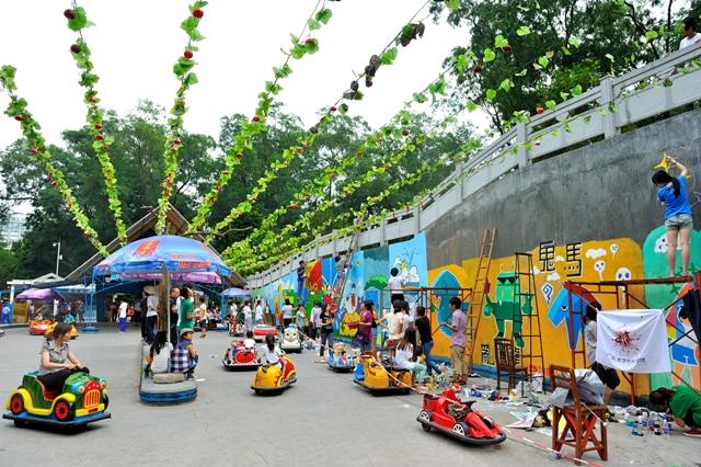 志愿者美化动物家园墙绘是广州